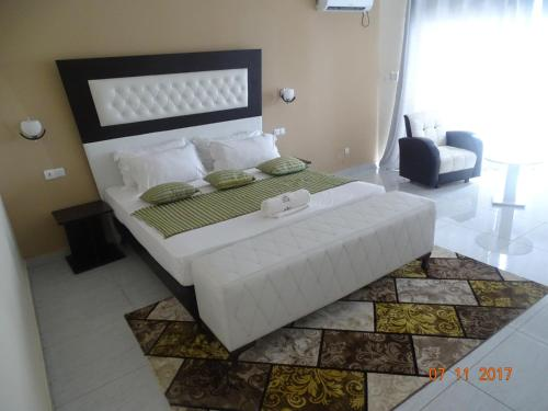 A bed or beds in a room at Fini Hotel Bobende