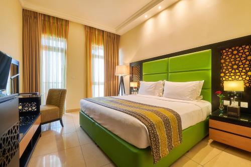 Ліжко або ліжка в номері Bahi Ajman Palace Hotel