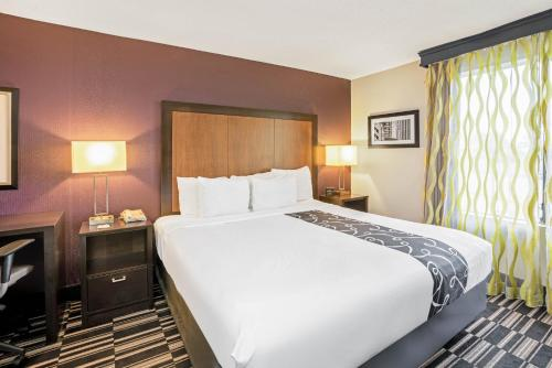 A bed or beds in a room at La Quinta by Wyndham Houston North-Spring