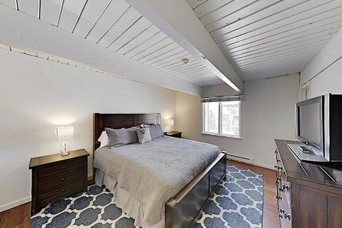 A bed or beds in a room at 731 E. Durant Ave Apartment Unit 11 Apts