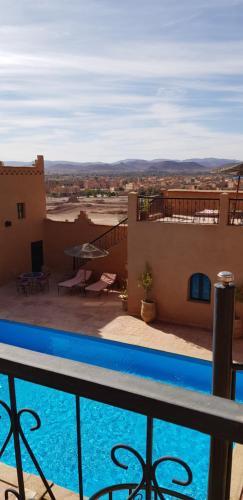 Vue sur la piscine de l'établissement Dar Bergui ou sur une piscine à proximité