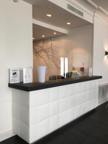 De lobby of receptie bij Hôtel Le Canberra