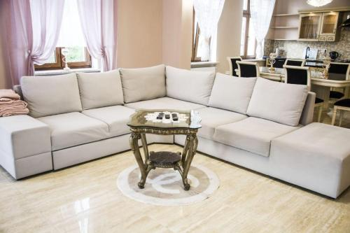 A seating area at Shelby Apartamenty