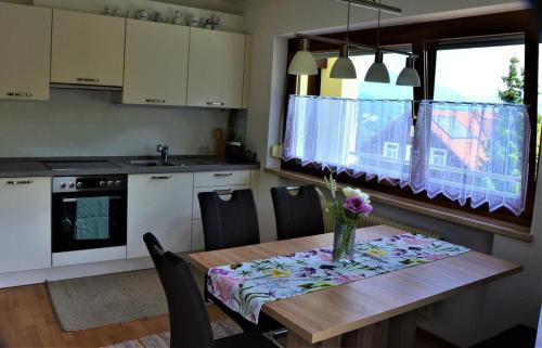 Küche/Küchenzeile in der Unterkunft Ferienwohnung Walgaublick