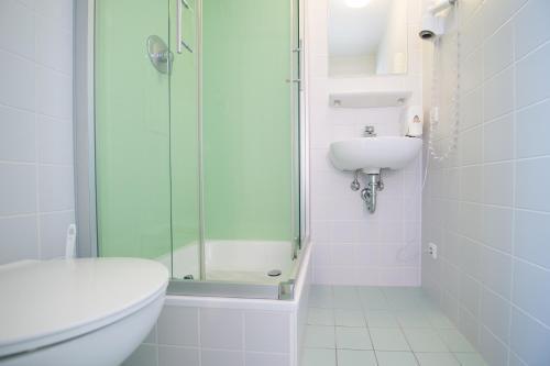A bathroom at Wombat's The City Hostel Munich Hauptbahnhof