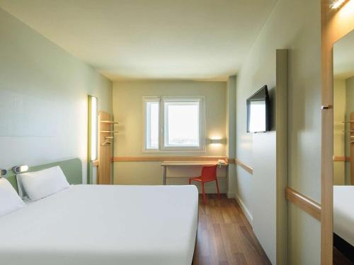 A bed or beds in a room at Ibis Budget Málaga Aeropuerto Avenida de Velazquez