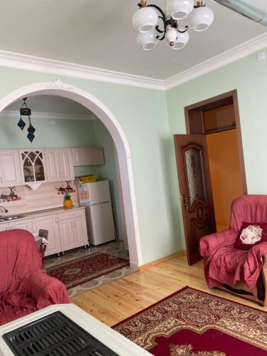 Uma área de estar em Kepez qonaq evi