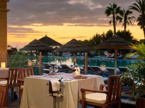 A restaurant or other place to eat at Regency Country Club, Apartments Suites