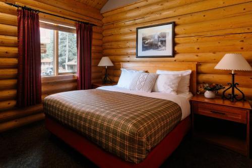 Кровать или кровати в номере Pocahontas Cabins