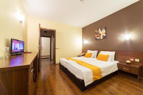 A bed or beds in a room at Oak Residence Hotel & Relax