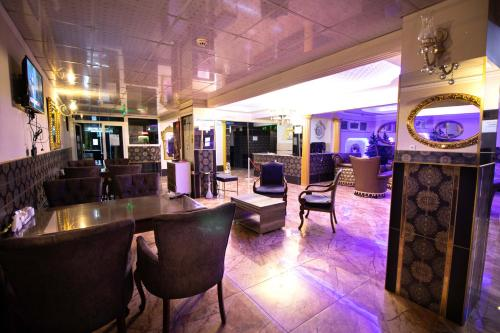 The lounge or bar area at Exporoyal Hotel