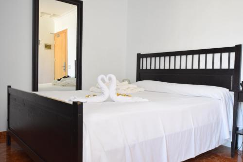 A bed or beds in a room at Hotel Adonis Capital