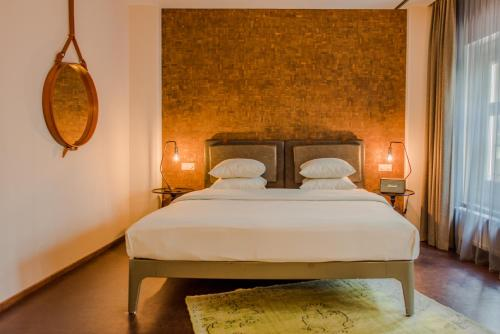 A bed or beds in a room at Hotel V Nesplein