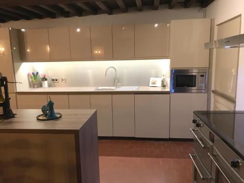 A kitchen or kitchenette at Les Brizards, L'Auberge - Morvan (22 personnes)