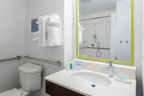 A bathroom at Hampton Inn & Suites Orlando International Drive North