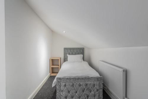 A bed or beds in a room at Fantastic brand new Rooms