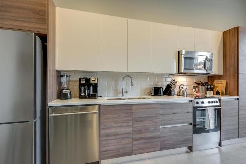 A kitchen or kitchenette at Jurny - Downtown Dallas Apartments