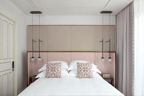 Een bed of bedden in een kamer bij The Norman Tel Aviv
