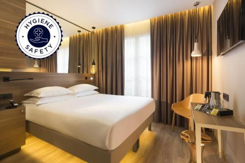 Een bed of bedden in een kamer bij Cler Hotel