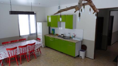 Кухня или мини-кухня в Brusnika Village