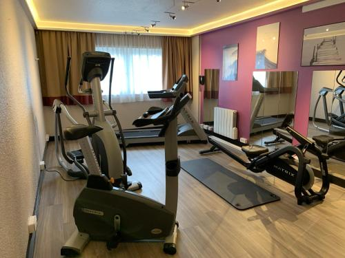 The fitness center and/or fitness facilities at Mercure Strasbourg Aéroport