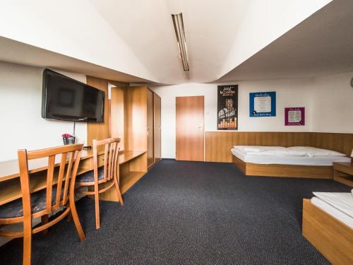 Televízia a/alebo spoločenská miestnosť v ubytovaní Penzion Atlas