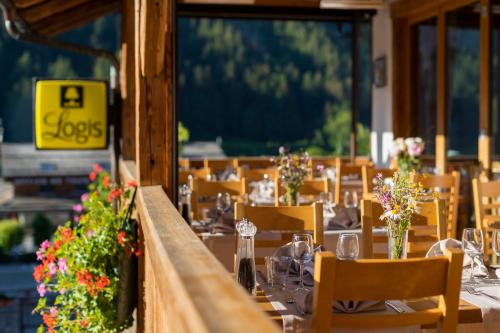 A restaurant or other place to eat at Logis La Croix-Saint-Maurice