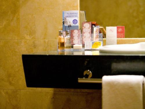 A bathroom at Sercotel Palacio de Tudemir