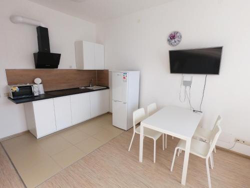 Кухня или мини-кухня в Апартаменты на Парусной 19
