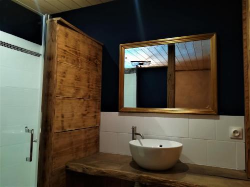 A bathroom at Domaine Moulin la Place