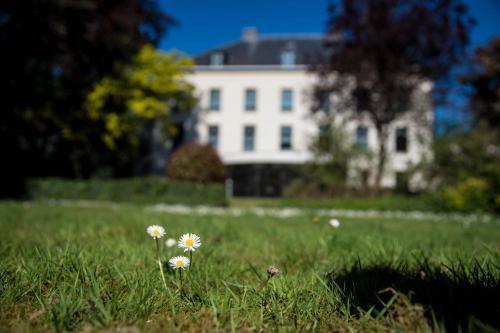 A garden outside Hotel Kasteel Solhof