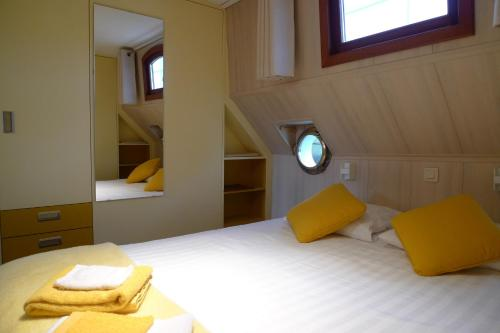 Een bed of bedden in een kamer bij B&B Barge Johanna