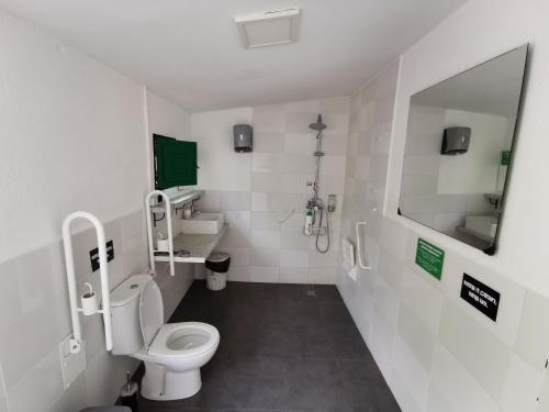 A bathroom at Mucha Masia Hostel Rural Urba