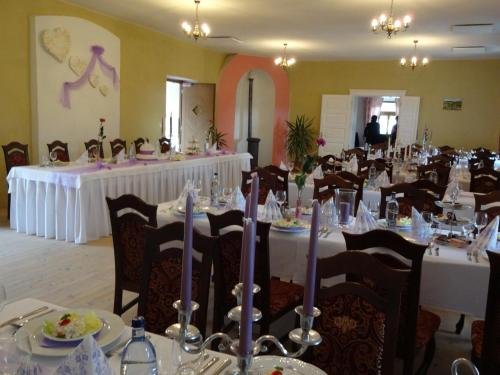 Reštaurácia alebo iné gastronomické zariadenie v ubytovaní Kaštieľ Biela Dáma a Čierny Rytier