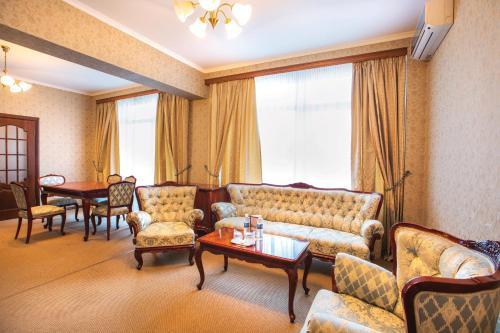 Ein Sitzbereich in der Unterkunft Dnipro Hotel
