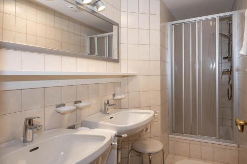 A bathroom at Landhaus Haid