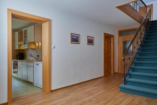 A kitchen or kitchenette at Apartments Kirchebnerhof