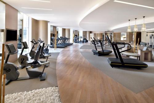 The fitness centre and/or fitness facilities at Address Sky View