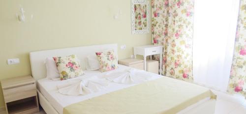 Een bed of bedden in een kamer bij Family Hotel Sofi