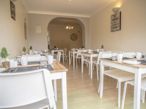 A restaurant or other place to eat at Baytrees Hotel