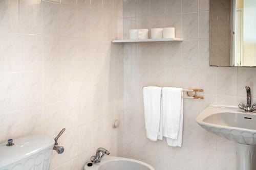 A bathroom at Apartamentos Carteia