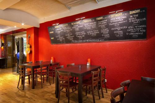 A restaurant or other place to eat at Singer109 Hotel & Apartment