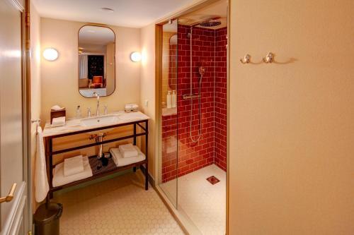 A bathroom at Hotel Mercier