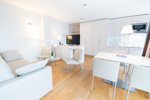 Ein Sitzbereich in der Unterkunft Nymphe Strandhotel & Apartments