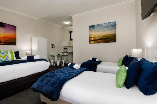 A bed or beds in a room at Bendigo Oval Motel