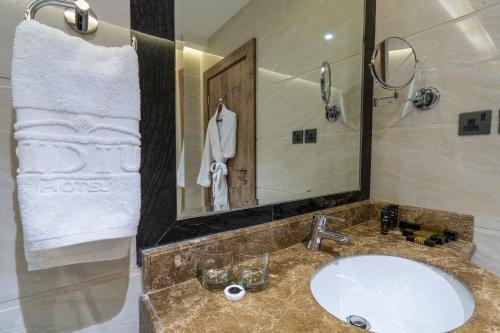 Um banheiro em IRIDIUM Alhamra Hotel