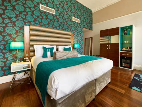 A bed or beds in a room at Hotel Indigo Edinburgh, an IHG Hotel