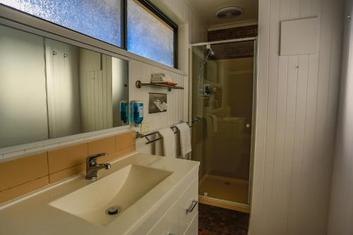 A bathroom at Mountain View Motor Inn & Holiday Lodges