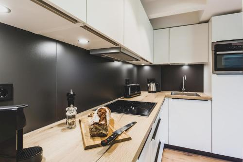A kitchen or kitchenette at Mariandl am Meer