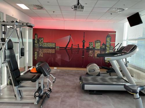 The fitness centre and/or fitness facilities at Novotel Rotterdam Brainpark